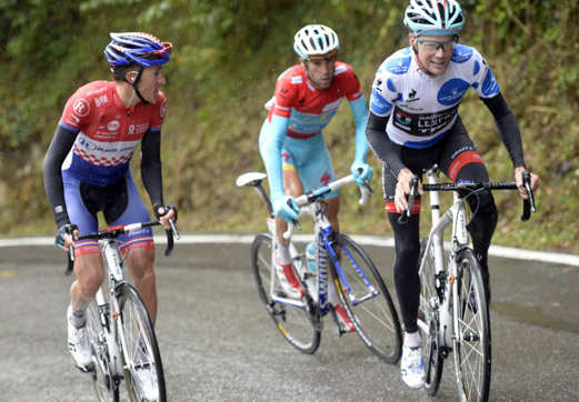 Horner leads Nibali up mountain.