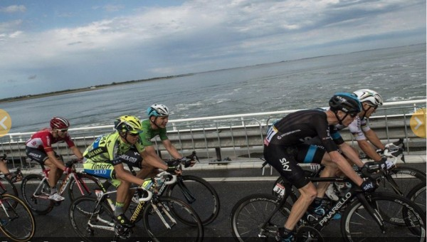 Froome pays attention, Nibali dozes off.
